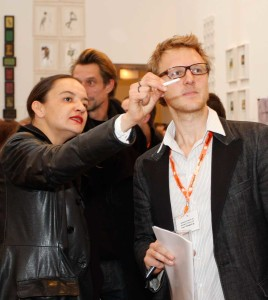 Teilnehmender Künstler erkennbar an orangem Halsband